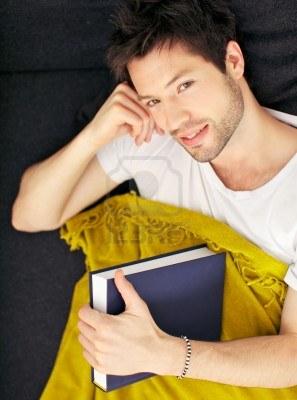 12533944-cansado-apuesto-joven-estudiante-de-sexo-masculino-con-una-manta-y-los-libros-de-texto-para-estudiar